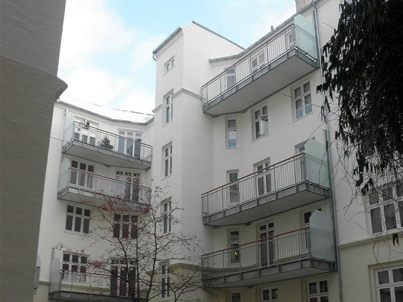 hvid bygning med altaner