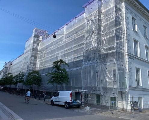 bygning med stillads