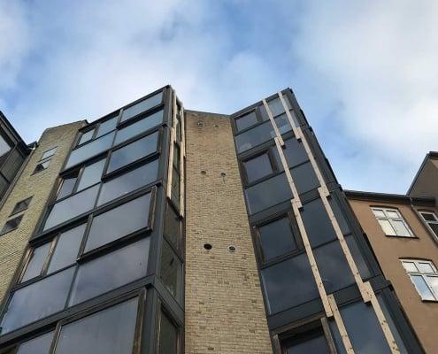bygning med vinduer