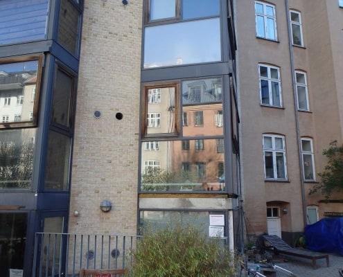 vinduer og altaner på et gult hus