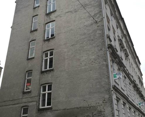 etageejendom med vinduer i gavlen