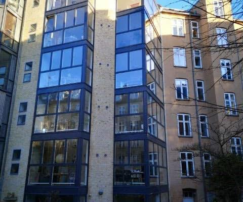 facade med vinduer