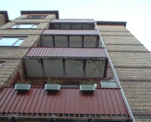 etageejendom med altaner og vinduer